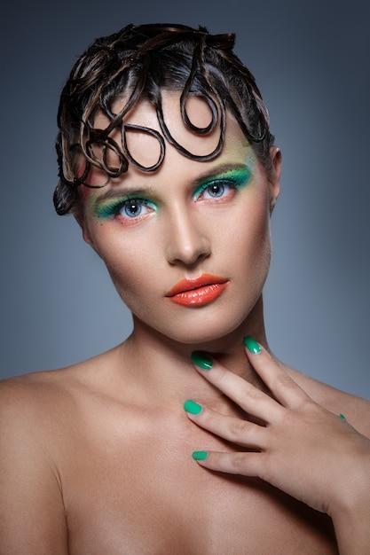 Belle Femme Avec Du Maquillage Artistique Photo gratuit