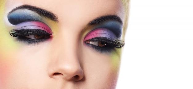Belle Femme Avec Du Maquillage Coloré Photo gratuit