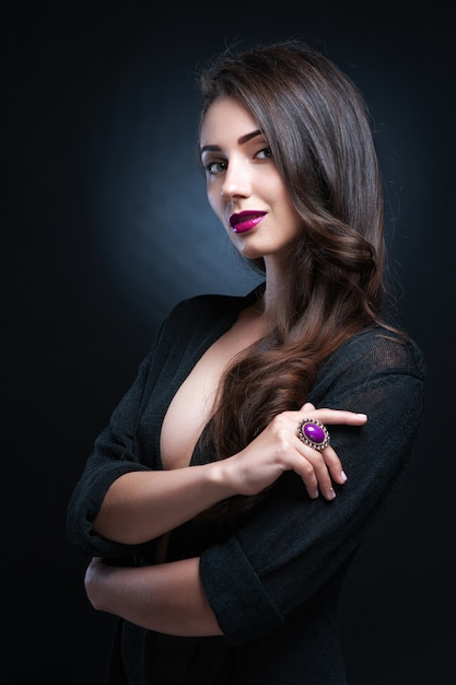 Belle femme avec du maquillage de soirée. bijoux et beauté. photo de mode Photo Premium