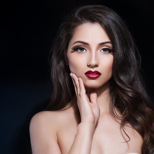 Belle femme avec du maquillage de soirée. Photo Premium