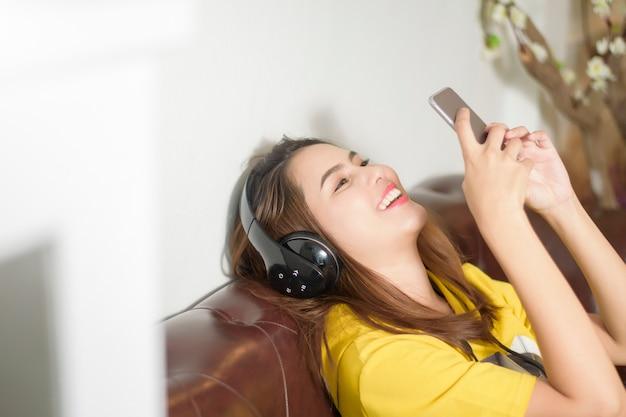 Belle femme écoute de la musique à la maison Photo Premium