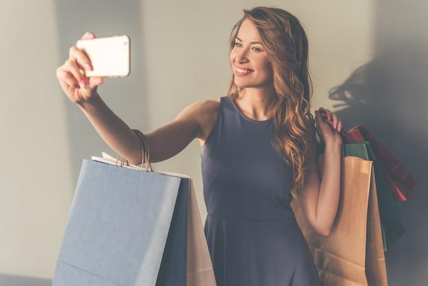 Belle femme élégante en robe de cocktail fait selfie Photo Premium