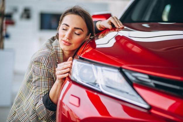 Belle femme embrassant une voiture Photo gratuit