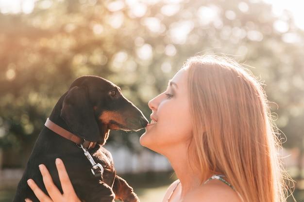 Belle Femme Embrasse Son Chien Mignon Photo gratuit