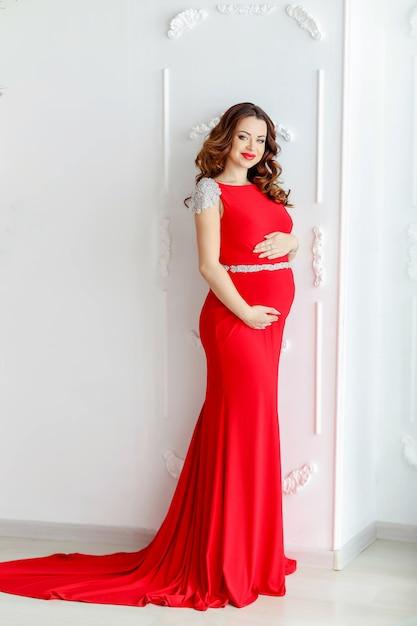 Belle Femme Enceinte Dans Une Elegante Robe Rouge Photo Premium