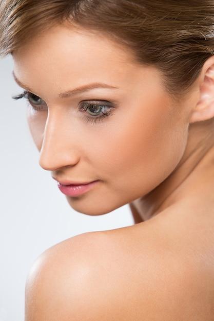 Belle femme à l'épaule nue Photo gratuit