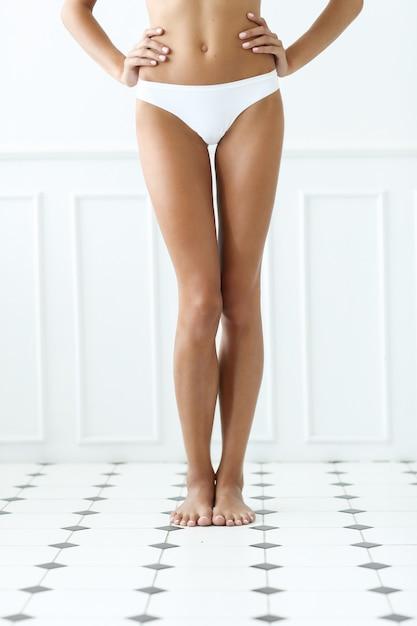Belle Femme Est Debout Pieds Nus Sur Un Carrelage Dans Une Salle De Bain Photo gratuit
