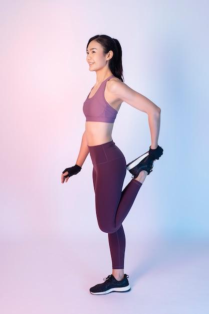 Belle femme fitness asiatique en studio Photo Premium