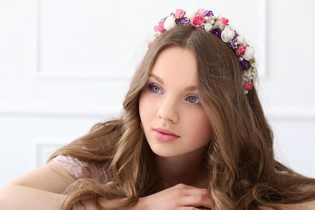 Belle Femme Avec Des Fleurs à La Tête Photo gratuit