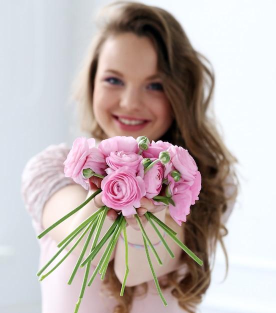Belle femme avec des fleurs Photo gratuit