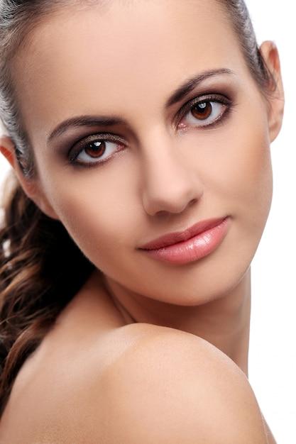 Belle Femme Sur Fond Blanc Photo gratuit