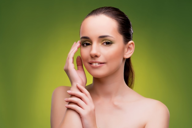 Belle femme sur fond vert Photo Premium