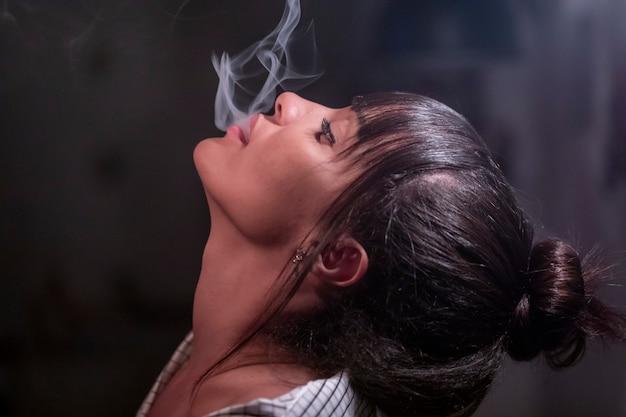 Belle Femme Fumant Une Cigarette électronique Photo Premium