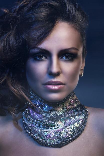 Belle femme avec gros collier Photo gratuit