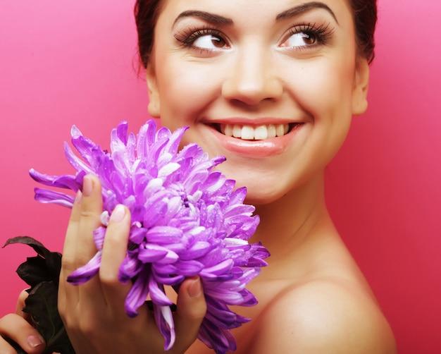 Belle Femme Avec Une Grosse Fleur Violette Photo Premium
