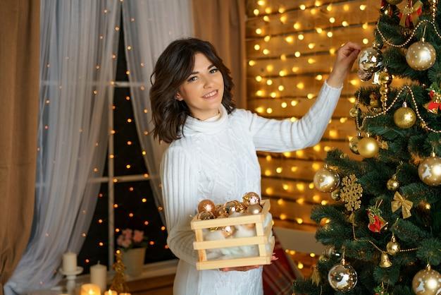 Belle Femme Heureuse Habille L'arbre De Noël Photo Premium