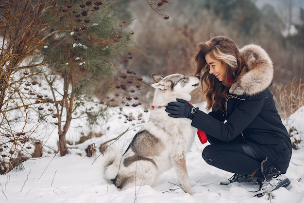 Belle femme jouant avec un chien Photo gratuit