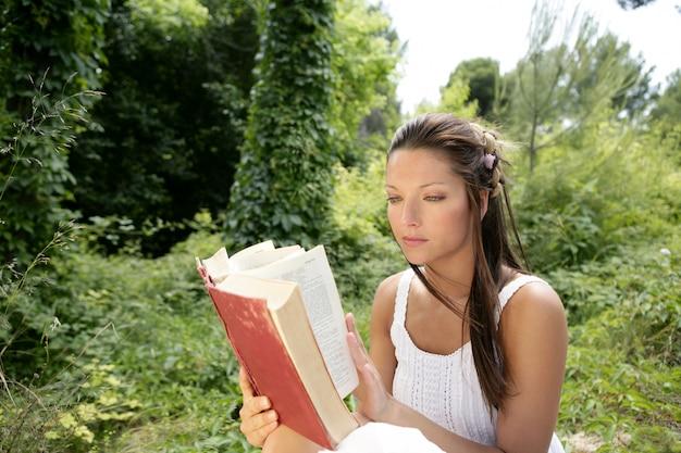 Belle Femme Lisant Un Livre Dans La Forêt, Nature Photo Premium
