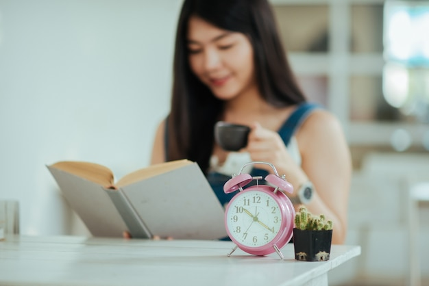 Belle femme avec livre de lecture Photo gratuit
