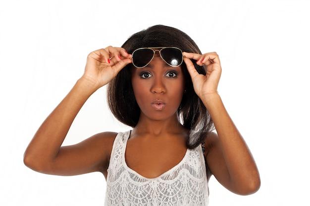 Belle femme à lunettes est surprise Photo gratuit