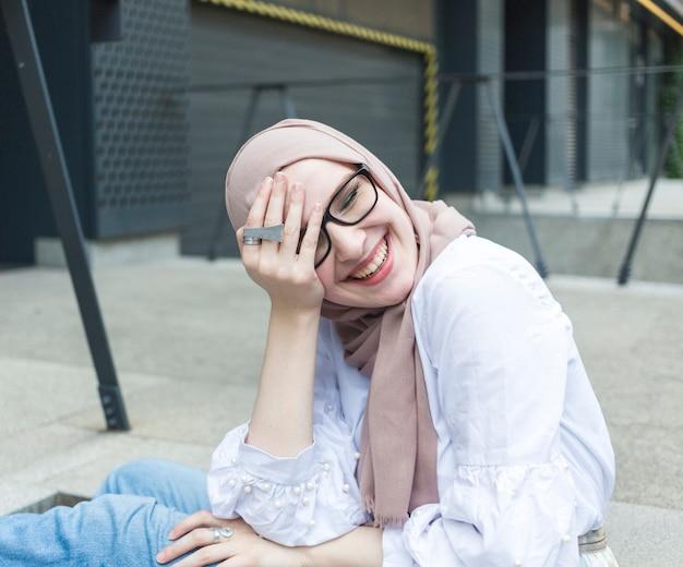 Belle femme avec des lunettes et hijab Photo gratuit