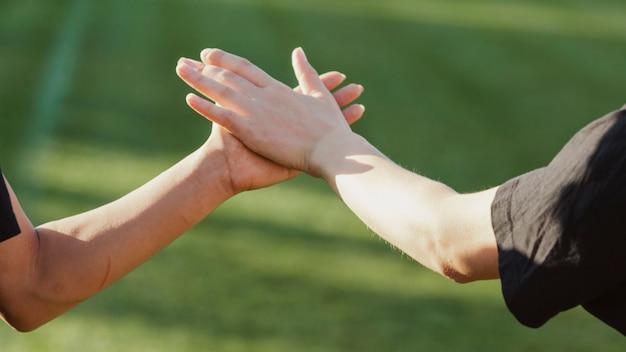 Belle femme mains haut cinq Photo gratuit