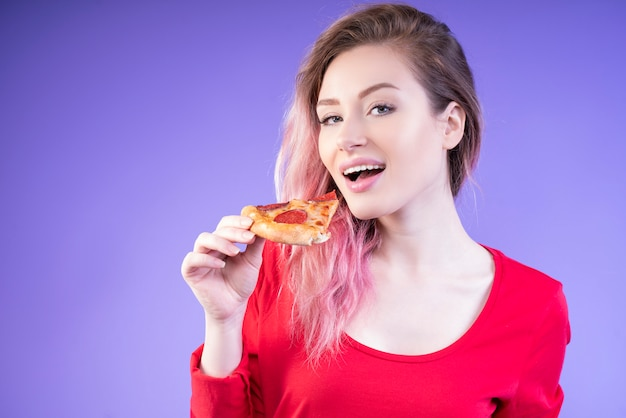 Belle Femme Mangeant Une Tranche De Pizza Photo gratuit