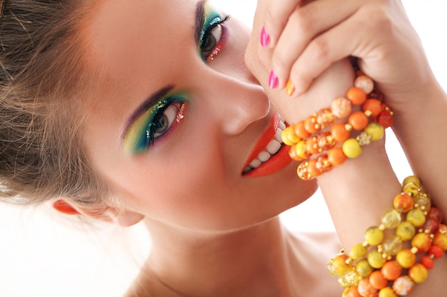 Belle femme avec maquillage artistique Photo gratuit