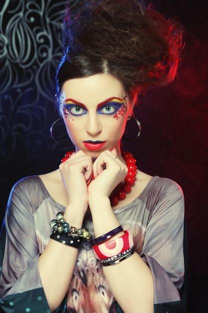 Belle femme avec un maquillage lumineux Photo Premium
