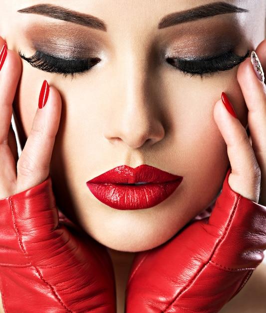 Belle Femme Avec Maquillage Mode Lumineux Et Rouge à Lèvres Sur Les Lèvres Sexy. Portrait En Gros Plan. Photo gratuit