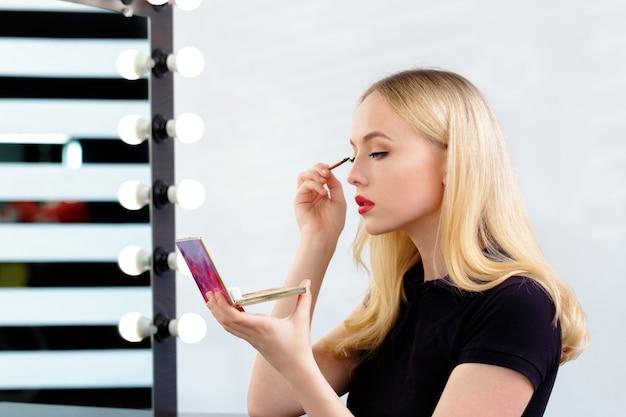 Belle femme maquillant le soir Photo Premium