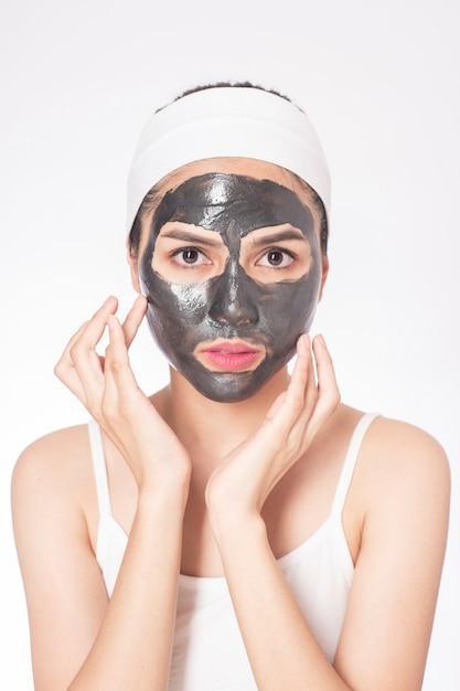 Belle femme masquant son visage sur fond blanc Photo Premium