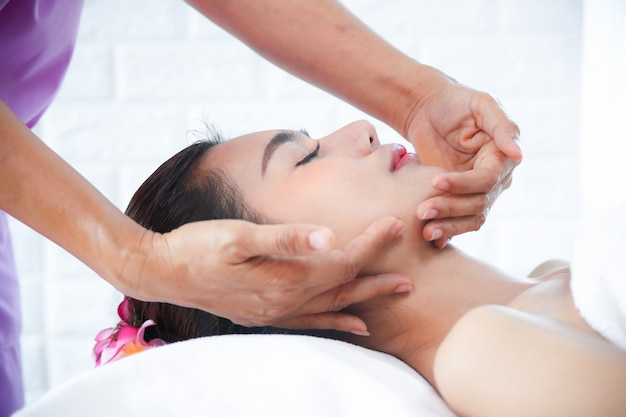 Belle femme avec massage spa Photo gratuit