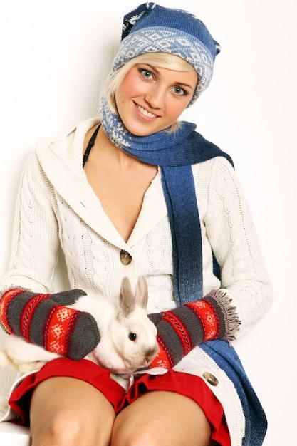 Belle Femme Et Mignon Lapin Photo gratuit