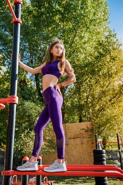 Belle Femme Mince En Vêtements De Sport De Sport Fait De L'exercice Du Matin Photo Premium