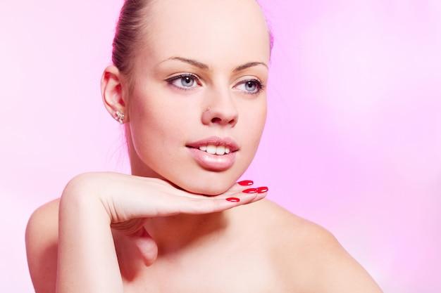 Belle Femme Sur Mur Rose Photo gratuit