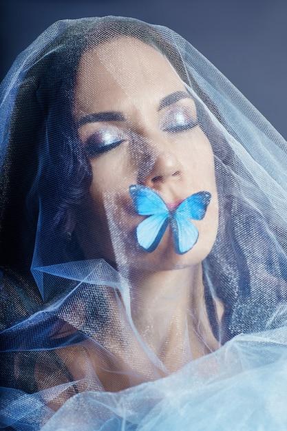 Belle femme mystérieuse papillons de couleur bleue Photo Premium