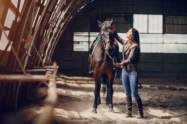 Belle femme passer du temps avec un cheval Photo gratuit