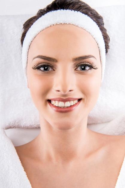 Belle femme en peignoir blanc relaxant au salon spa. Photo Premium