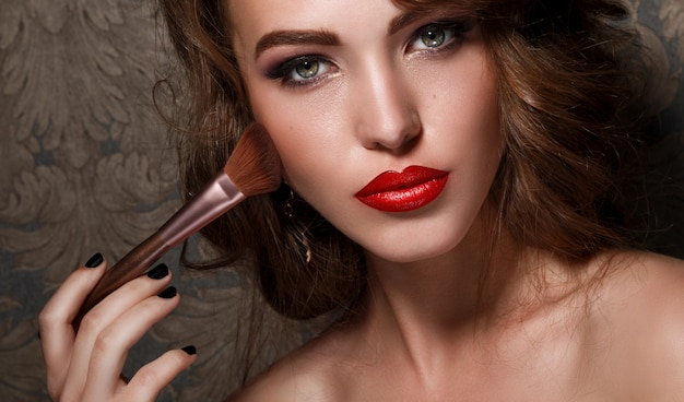 Belle Femme Avec Un Pinceau De Maquillage Photo Premium