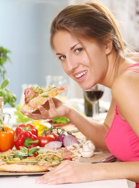Belle Femme Avec Pizza Photo gratuit
