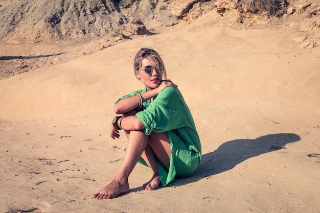 Belle femme sur la plage Photo Premium