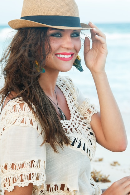 Belle Femme Portant Un Chapeau Sur La Plage Photo Premium