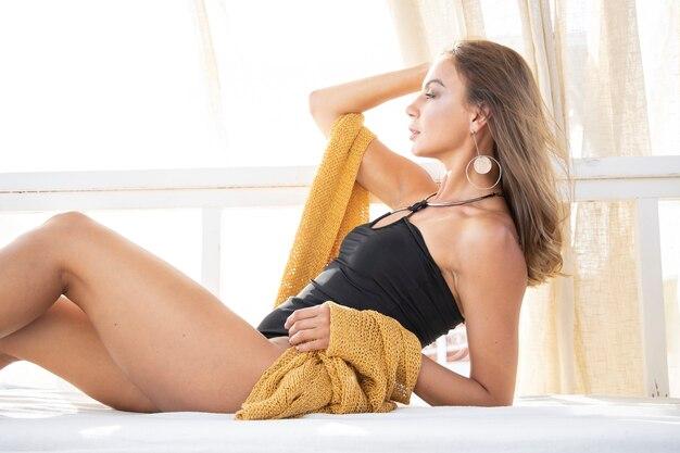 Une Belle Femme Portant Un Maillot De Bain Noir Photo Premium