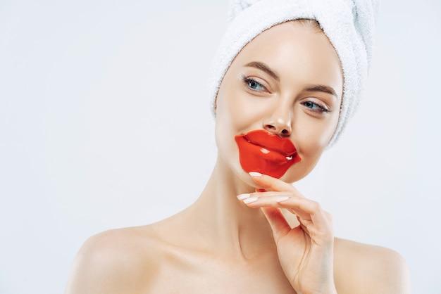 Belle Femme Porte Un Patch Pour Les Lèvres Photo Premium