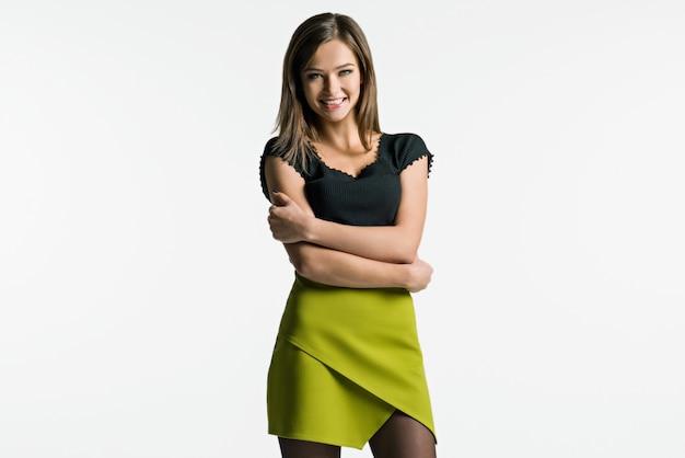 Belle femme posant sur fond clair. Photo Premium