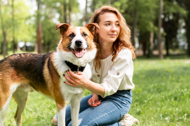 Belle Femme Posant Avec Son Chien Photo gratuit