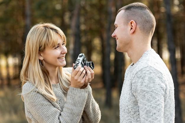Belle femme prenant une photo d'un homme Photo gratuit