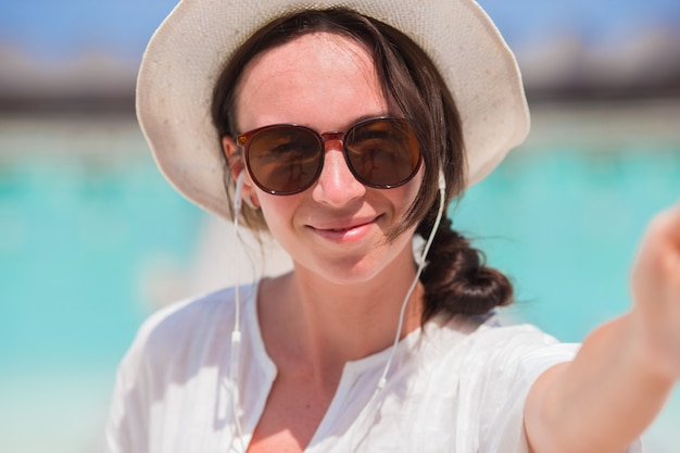 Belle femme prenant selfie fond la mer Photo Premium