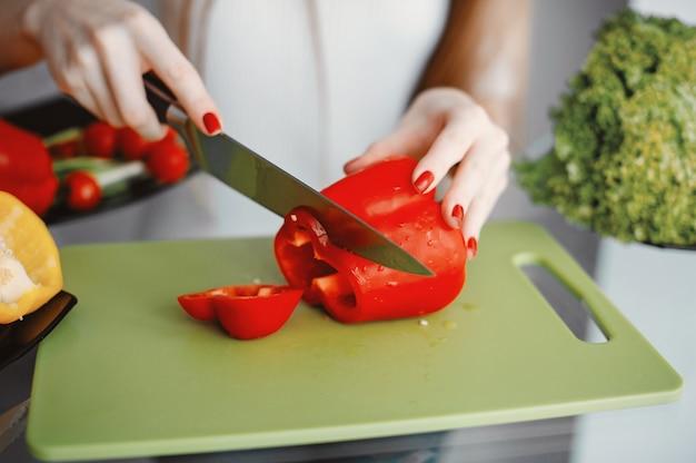 Belle Femme Prépare Des Plats Dans Une Cuisine Photo gratuit